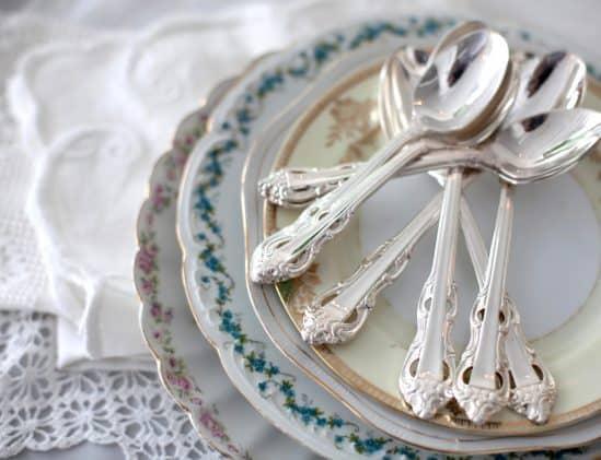 Vintage servies met zilveren bestek
