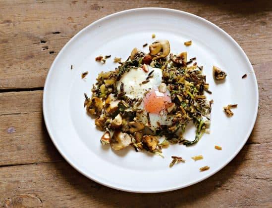 Shakshuka met rode rijst en champignons uit het kookboek Eten als de beste van Hugh Fearnley-Whittingstall