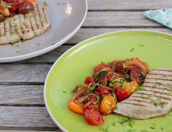 Gegrilde tonijn met tomaten