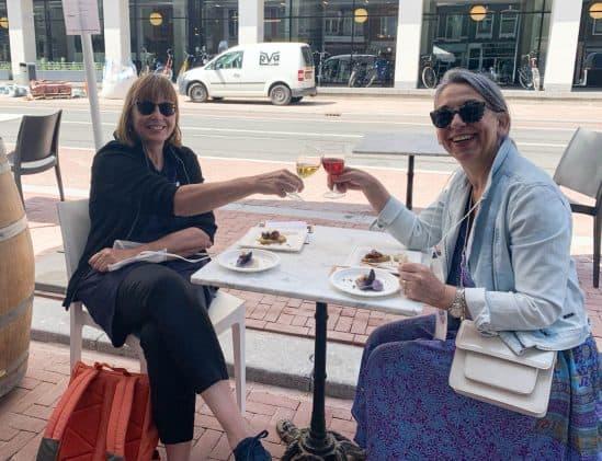 Jolande en Yvonne op het terrasje bij Al Bàcaro
