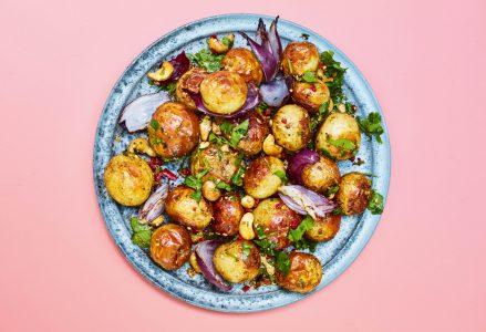 Kruidige bombay aardappels van de BBQ uit het kookboek De Groene Barbecue van Rukmini Iyer