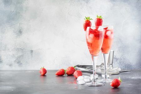 Pink Bellini Rossini cocktail met aardbeien en rosé prosecco -