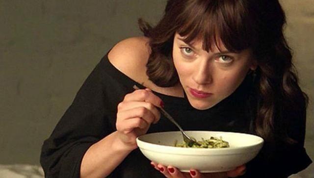Scarlett Johansson eet Spaghetti aglio e olio uit de film Chef