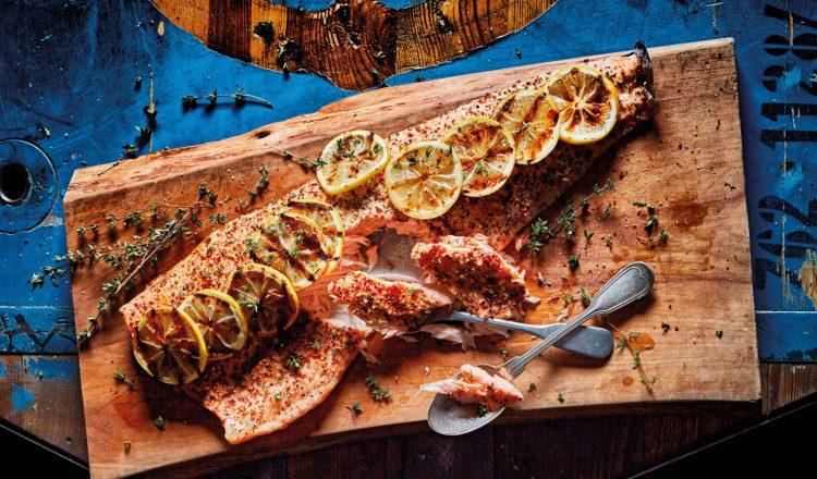 Warm gerookte zalm met citroen en peper van de bbq uit het kookboek Smokey Goodness van Jord Althuizen