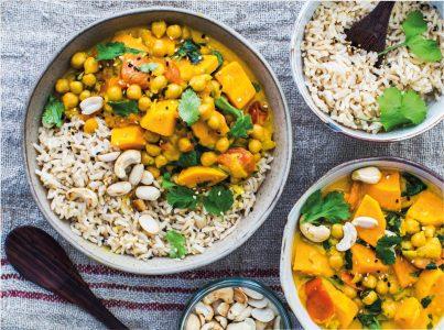 Romige vegan curry met zoete aardappel en kikkererwten uit Be More Vegan van Niki Webster