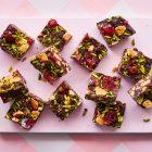Arretjes cake met chocolade en kersen uit De Zoete bakplaat van Rukmini Iyer