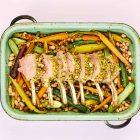 Lamsrack met pistachenoten, wortel en courgette uit het kookboek Snelle Bakplaat van Rukmini Iyer