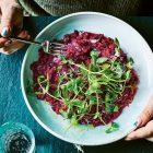 Parelgort risotto van biet en mierikswortel uit het kookboek Green van Elly Pear